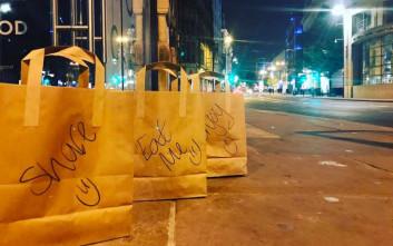 Εστιατόριο αφήνει σακούλες με φαγητό για τους αστέγους