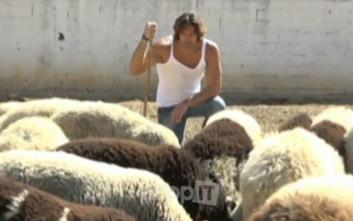 Ο Γιάννης Σπαλιάρας σκάβει, οργώνει και βόσκει πρόβατα