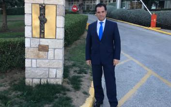 Ο Άδωνις Γεωργιάδης φωτογραφήθηκε στο μνημείο της ΕΡΤ
