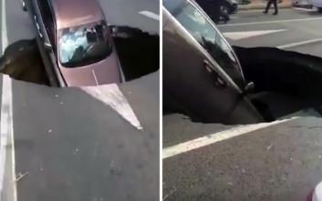 Τρύπα ανοίγει στον δρόμο, καταπίνει μια… Rolls-Royce!