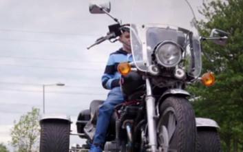 Εννιάχρονος μετακομίζει μόνος του και αγοράζει την πρώτη του μηχανή