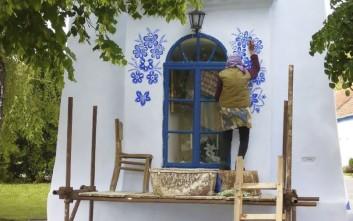 Ενενηντάχρονη μετατρέπει το χωριό της σε έργο τέχνης ζωγραφίζοντας