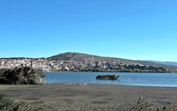 Στεγνώνει η λίμνη της Καστοριάς