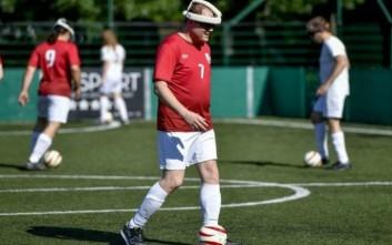 Ένας τυφλός ποδοσφαιριστής παραδίδει μαθήματα θέλησης