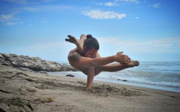 Μαθήματα... γυμνής γιόγκα στη φύση