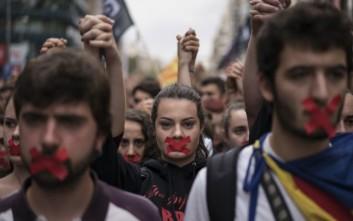 Χιλιάδες στους δρόμους της Καταλονίας