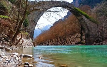 Εικόνες σαν καρτ ποστάλ από το πέτρινο γεφύρι της Κόνιτσας