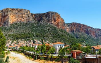 Λεωνίδιο, ο οικισμός στη σκιά του κόκκινου βράχου