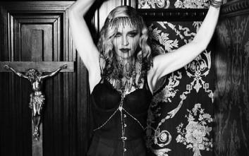Η Μαντόνα ποζάρει με σέξι μαύρα εσώρουχα και ζαρτιέρες