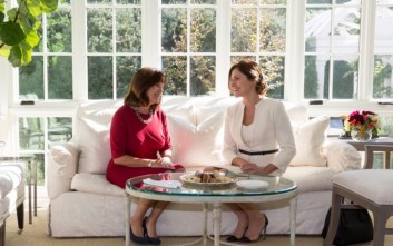 Η Μπέττυ Μπαζιάνα στο «απαγορευμένο» σπίτι του Αντιπροέδρου των ΗΠΑ