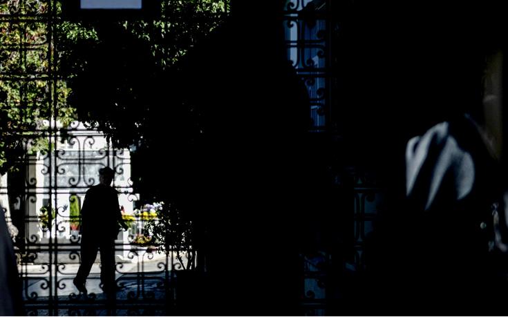 Στην τσάντα της Δώρας κρύβονται οι απαντήσεις για τον δολοφόνο στο νεκροταφείο