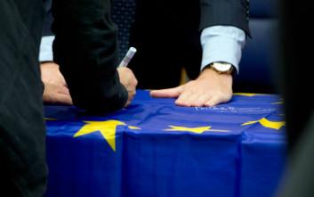 Το μήνυμα του Τσακαλώτου στη σημαία της Ε.Ε.-δώρο στον Σόιμπλε