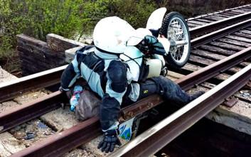 Μοτοσικλετιστής παγιδεύεται σε σάπια γέφυρα τρένου