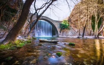 Το τοξωτό γεφύρι της Παλαιοκαρυάς με τον διπλό καταρράκτη