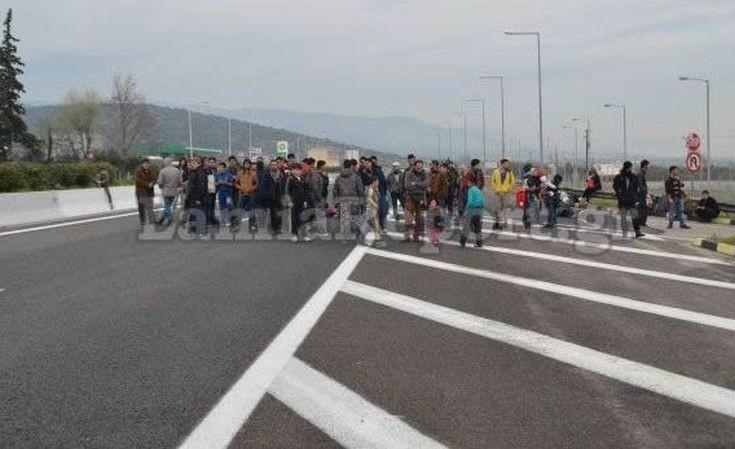 Κλειστή η Εθνική στο ύψος των Θερμοπυλών από πρόσφυγες