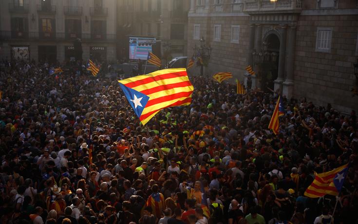 Χιλιάδες Καταλανοί πανηγυρίζουν για την ανεξαρτησία