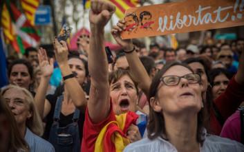 Συγκρούσεις στη Βαρκελώνη σε διαδήλωσεις υπέρ και κατά της ανεξαρτησίας της Καταλονίας