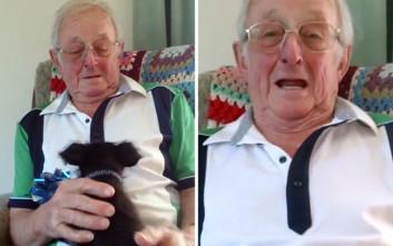 Παππούς παίρνει δώρο γενεθλίων ένα κουτάβι και βάζει τα κλάματα