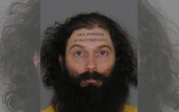 Στα χέρια της αστυνομίας άντρας με ένα χυδαίο τατουάζ στο μέτωπο