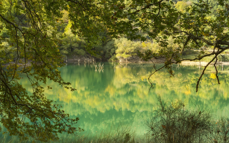 Η εκθαμβωτική λίμνη Τσιβλού στον Χελμό