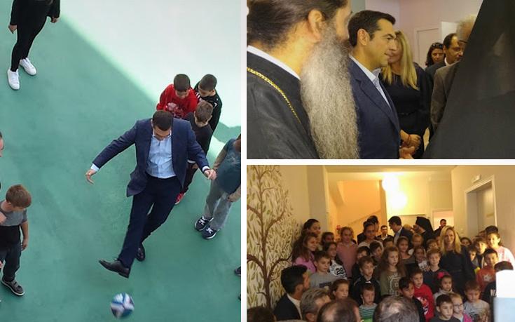 Ο Αλέξης Τσίπρας έπαιξε μπάλα με παιδιά στα Γιάννενα