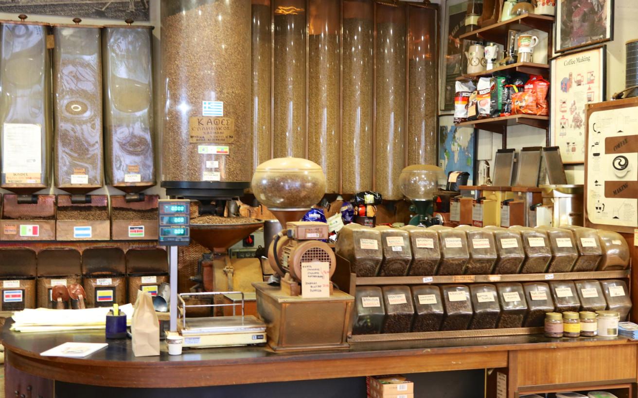Το κατάστημα που πουλάει καφέ στους Αθηναίους εδώ κι έναν αιώνα