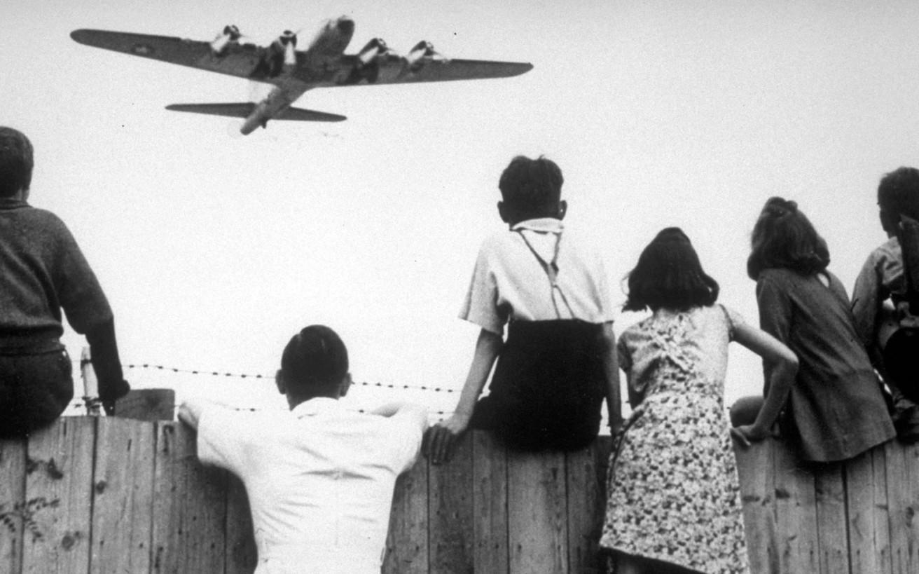 Ο πιλότος που... βομβάρδιζε μια ολόκληρη πόλη με καραμέλες