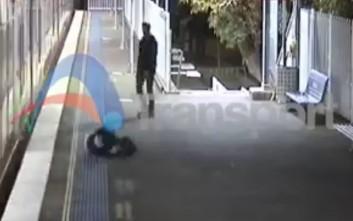 Βιαζόταν τόσο που ρίσκαρε τη ζωή του για να προλάβει το μετρό