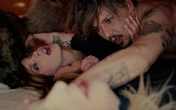 Ο Johnny Depp σε καυτό τρίο στο νέο κλιπ του Marilyn Manson