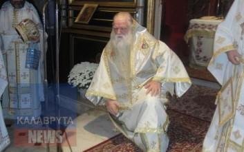 Ο Αμβρόσιος γονατιστός ζήτησε συγνώμη και ανακοίνωσε ότι αποχωρεί από το θρόνο του