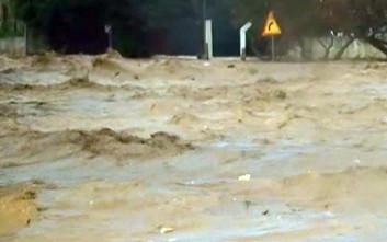 Πλημμύρα με εγκλωβισμένους σε αυτοκίνητα και σπίτια στη Νέα Πέραμο