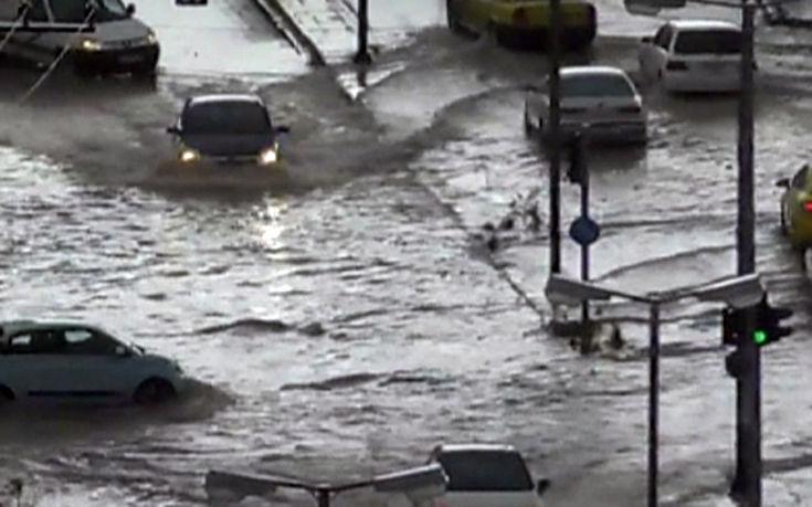 Κάτω από το νερό βυθίστηκε το Κερατσίνι, παρασύρθηκαν αυτοκίνητα