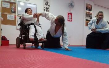 Γυναίκα καθηλωμένη σε αναπηρικό αμαξίδιο παίρνει μαύρη ζώνη και εντυπωσιάζει
