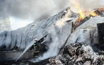 Μαίνεται η πυρκαγιά στην αποθήκη χαρτικών στο Μενίδι