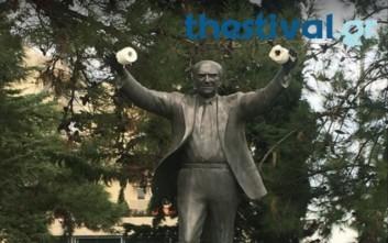 Κρέμασαν χαρτιά υγείας στο άγαλμα του Ανδρέα Παπανδρέου