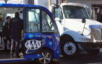 Αυτοκινούμενο λεωφορείο τράκαρε την πρώτη μέρα λειτουργίας του στο Λας Βέγκας