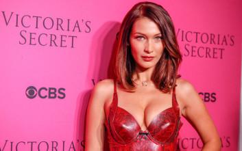 Η Bella Hadid παραλίγο να αποκαλύψει το γυμνό στήθος της
