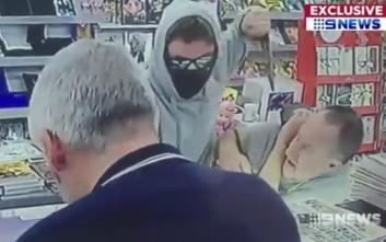 Τρόμος σε κατάστημα με ληστή να απειλεί πελάτη με κουζινομάχαιρο