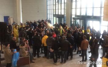 Μέσα στο υπουργείο Μεταφορών μπήκαν οι διαμαρτυρόμενοι