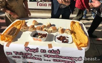 Με ψωμί κι ελιές έξω από το υπουργείο Υγείας οι νοσοκομειακοί γιατροί