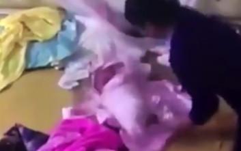 Κρυφή κάμερα «πιάνει» νταντά να κακοποιεί μωρό οκτώ εβδομάδων