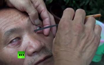 Κινέζος μπαρμπέρης ξυρίζει εδώ και 40 χρόνια τα… ματοτσίνορα των πελατών του!