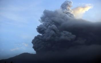 «Βρυχάται» το ηφαίστειο Αγκούνγκ στο Μπαλί, δεκάδες πτήσεις ακυρώθηκαν