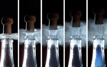 Η μυστική μπλε ομίχλη που κρύβεται σε κάθε μπουκάλι σαμπάνιας