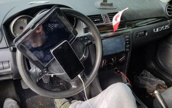 Τον έπιασαν να οδηγεί με κινητό και ταμπλέτα προσαρμοσμένα στο τιμόνι