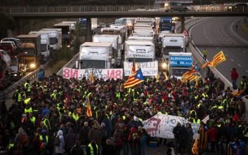Στους δρόμους οι πολίτες στην Καταλονία, αποκλεισμένοι δρόμοι στη Βαρκελώνη