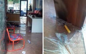 Πέτρες και καπνογόνα στα γραφεία του Σώρρα στη Λάρισα