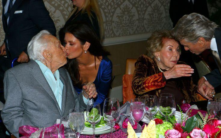 Η Κάθριν Ζέτα Τζόουνς φιλά στα χείλη τον πεθερό της
