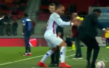 Ο Κασάμι έσπρωξε αντίπαλο προπονητή και λίγο έλειψε να τον τραυματίσει
