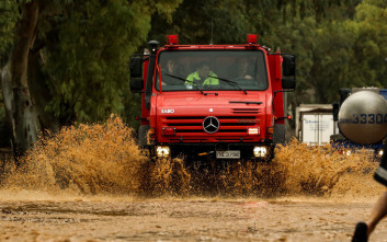 Σφοδρή βροχόπτωση στη Μάνδρα, διακόπηκε η κυκλοφορία